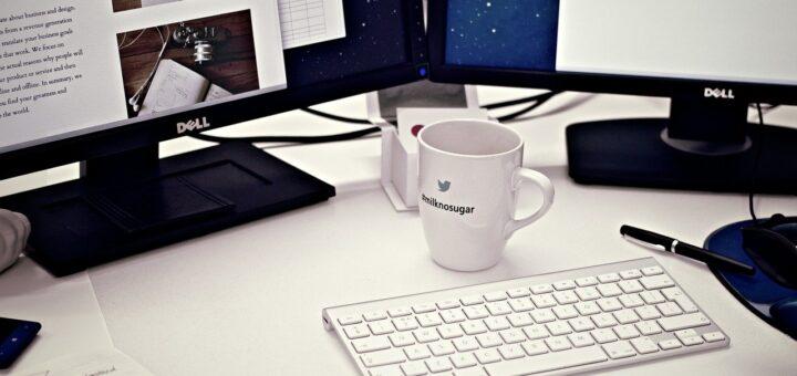 PC-Monitor auf dem Schreibtisch