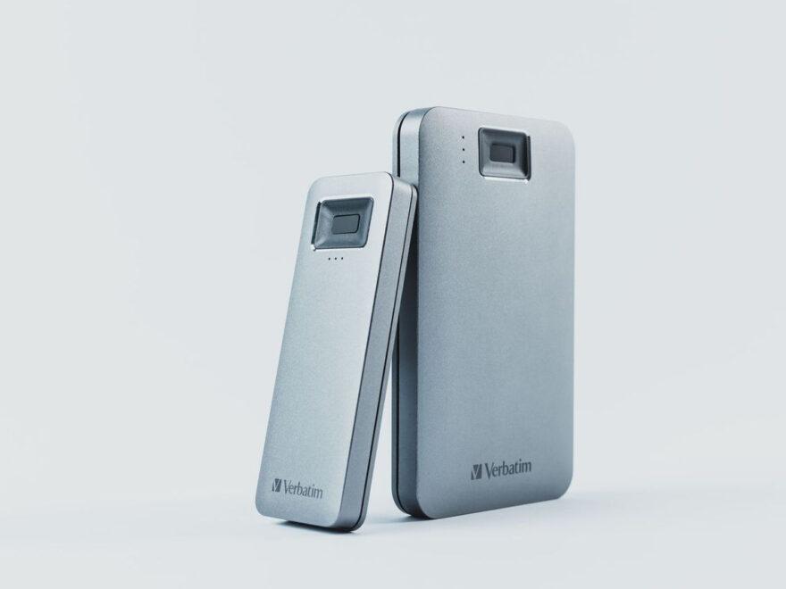 """Die schlanke Fingerprint Secure SSD mit M.2-Formfaktor links neben der 2,5"""" Fingerprint Secure HDD (Foto: Verbatim)"""