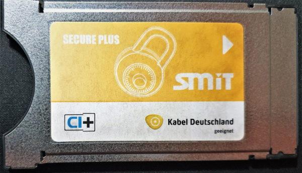 Common Interface Module CI+ von SMiT (Hongkong) für Smartcards von Kabel Deutschland (DVB-C) aus dem Jahr 2014 (Vorderseite) mit dem Zugangsberechtigungsschutz VideoGuard von NDS (heute Cisco Videoscape).